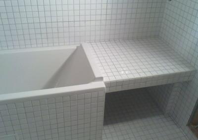 Innebygget badekar med plass til vask